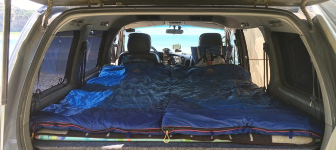 Спальная полка в автомобиле для путешествий